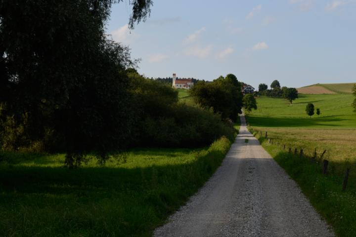 Am Mößlinger Flugplatz lädt das Kirchisener Kircherl zum Kommen ein. Hier hat man einen der schönsten Überblicke über das Isental