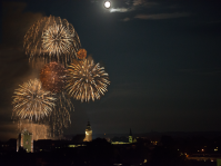 20140908 Altstadt Mühldorf Feuerwerk - Über der Altstadt, oberhalb des Altmühldorfer Fußweges, kann man das Feuerwerk am Volksfestplatz besonders gut sehen. In diesem Jahr fand sogar der Vollmond Gefallen daran