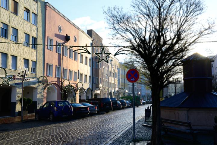 Morgentau - Noch ist Stille am Mühldorfer Stadtplatz - die Weihnachtsbeleuchtung ist noch dunkel - die Geschäfte werden bald öffnen, dann wird das Leben in Mühldorfs Guter Stube erwachen.