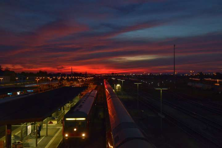 Abendzug auf Mühldorfs Bahngleisen